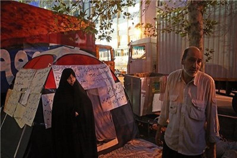 شرحی از اعتراض یک جانباز چادرنشین در برابر ساختمان بنیاد شهید