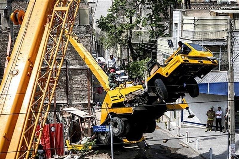 انسداد خیابان خیام بهدلیل سقوط جرثقیل ساختمانی