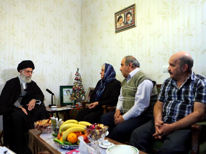 """(تصاویر) رهبر انقلاب در منزل شهید """"روبرت لازار"""""""