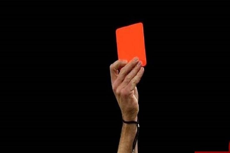 بازیکنی که به داور کارت قرمز نشان داد