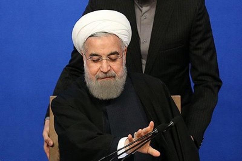 روحانی ژست پیروزی گرفته است