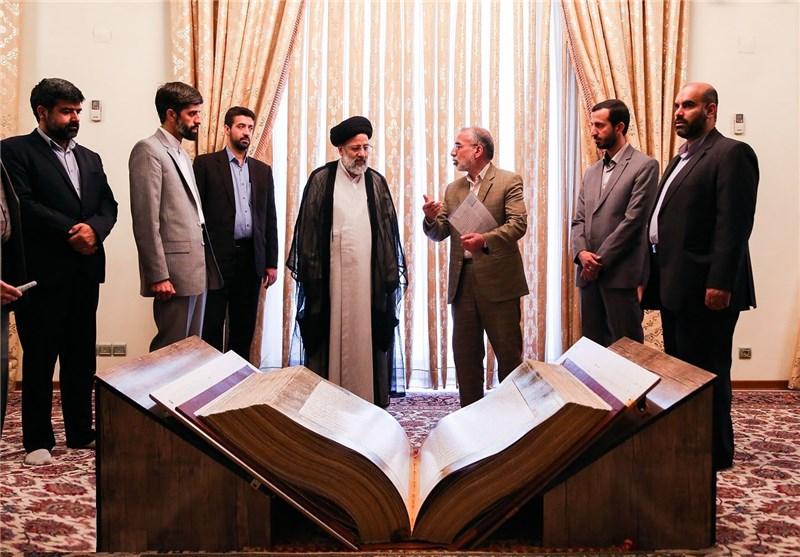 قرآن نفیس نسخ ترکیبی از سوی مقام معظم رهبری به موزه آستان قدس رضوی اهدا شد