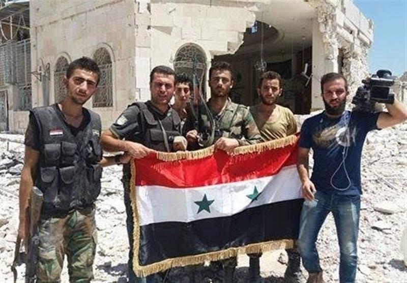 اهتزاز پرچم سوریه در مرکز ناحیه راهبردی بنی زید در حلب+ تصاویر