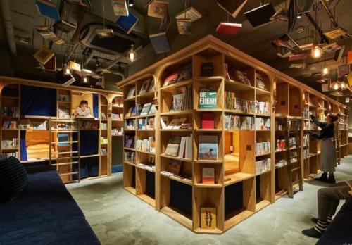 تصاویر /کتابخانه ۵ هزار جلدی با جایخواب