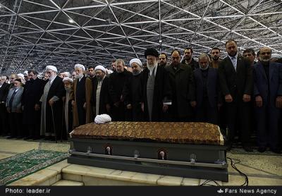 عکس:اقامه نماز بر پیکر «یار دیرین» به امامت رهبر معظم انقلاب