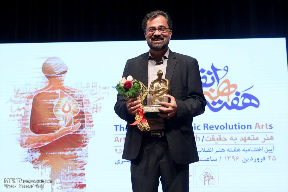 چطور مسعود شجاعی طباطبایی چهره سال هنر انقلاب اسلامی در سال 95 شد؟/جایزه هنر انقلاب از دستان کاریکاتوریست ایرانی به یک شهید لبنانی میرسد