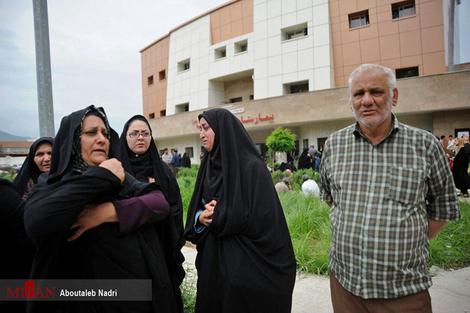 (تصاویر) خانواده مصدومان انفجار معدن در بیمارستان