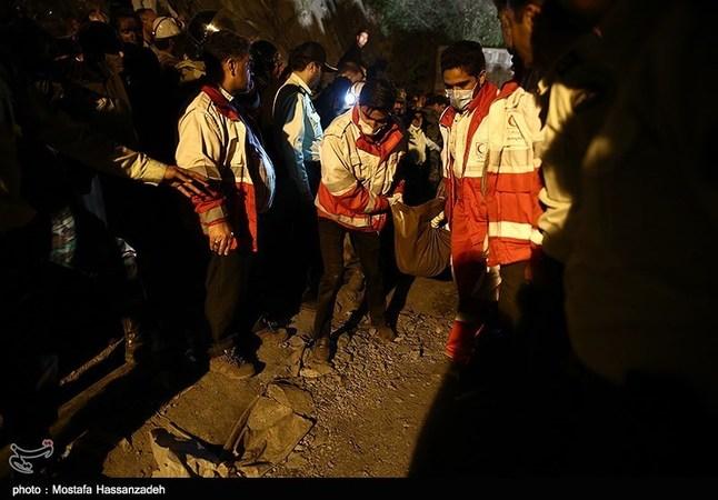 تصاویر: خارج کردن پیکر جانباختگان حادثه ریزش معدن