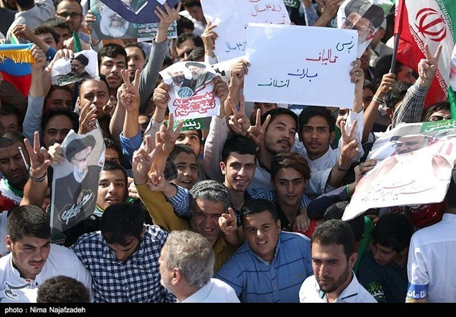 تصاویر: انتظار مشهدیها برای ورود رئیسی