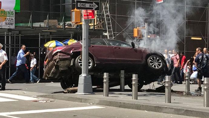 (تصاویر) حمله یک خودرو به عابران در نیویورک
