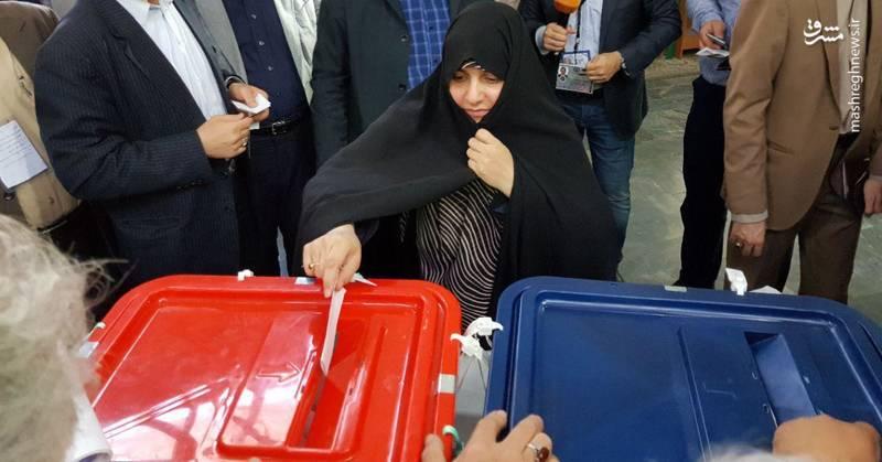 عکس/ همسر رئیسی در پای صندوق رای