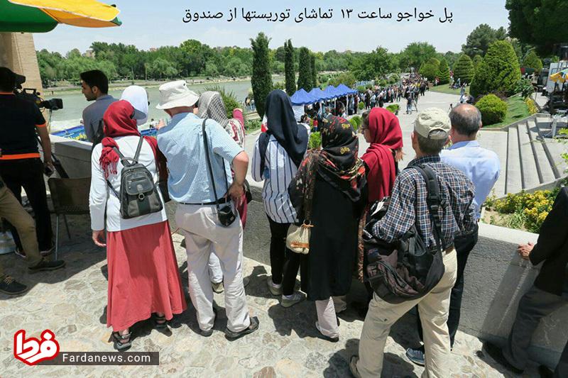 عکس: تعجب توریست ها از صف رایدهندگان در اصفهان