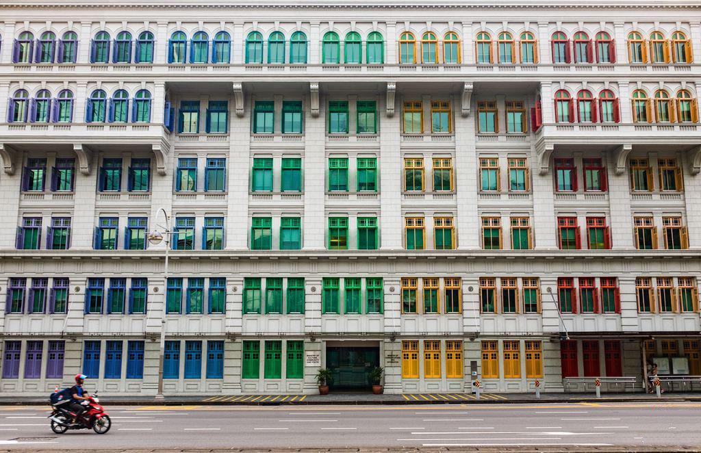 عکس/ پنجرههای رنگارنگ در یک خیابان در سنگاپور