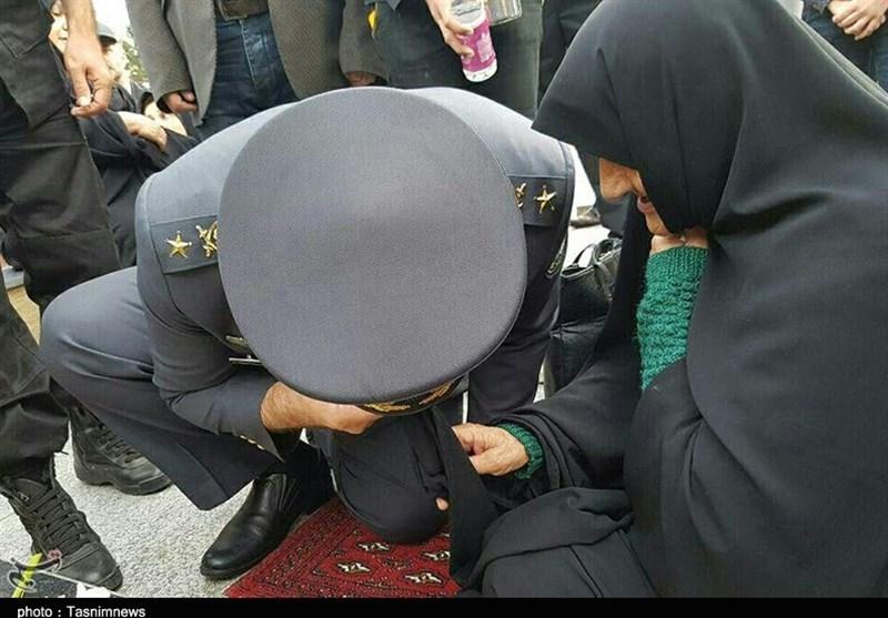 """""""زانوزدن """" امیر اسماعیلی"""" در برابر مادر شهید گیلانی + تصاویر"""