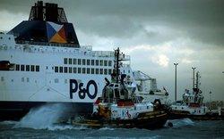 کشتی مسافربری در فرانسه به گل نشست