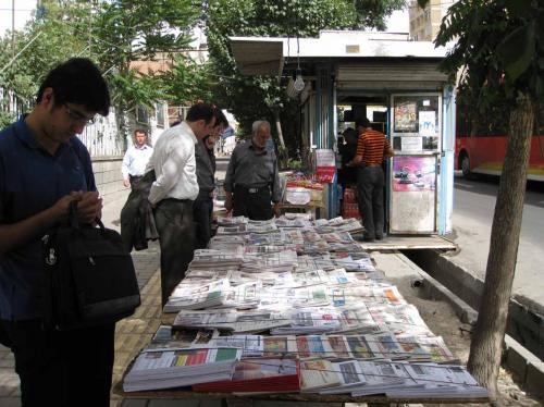 چرا روزنامهها و مجلات روز به روز کمتر و سبکتر میشوند؟/ بحران بازار کاغذ همه را گرفتار کرده جز بخش دولتی