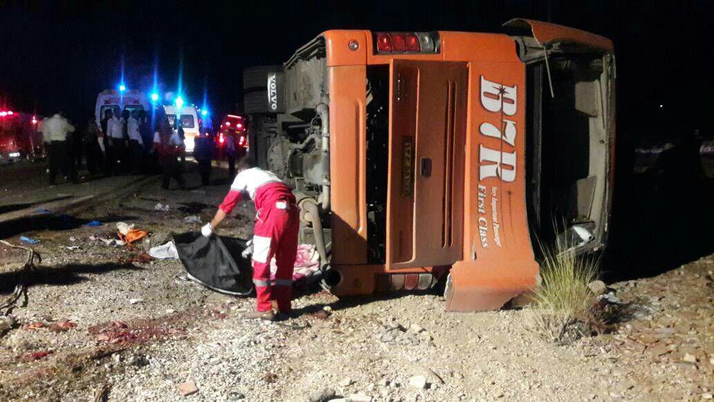مصدومیت ۷ مسافر در تصادف اتوبوس با کامیون