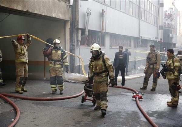 علت آتشسوزی مشخص شد/ افزایش احتمال ریزش ساختمان و محدودیت تردد در اطراف محل حادثه+عکس و فیلم