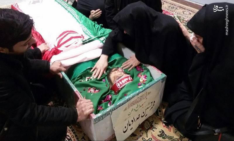 وداع خانواده شهید بسیجی خیابان پاسداران با فرزندشان+عکس