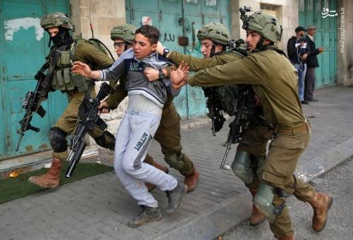 بازداشت وحشیانه نوجوان فلسطینی توسط اشغالگران+عکس