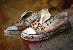 پسری با کفشهای کتانی