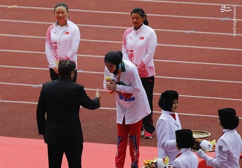 امتناع بانوی ورزشکار ایران از دست دادن با مسئولین در جاکارتا+عکس