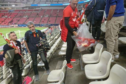 جمعآوری زبالهها توسط هواداران ایرانی حاضر در ورزشگاه کاشیمای ژاپن