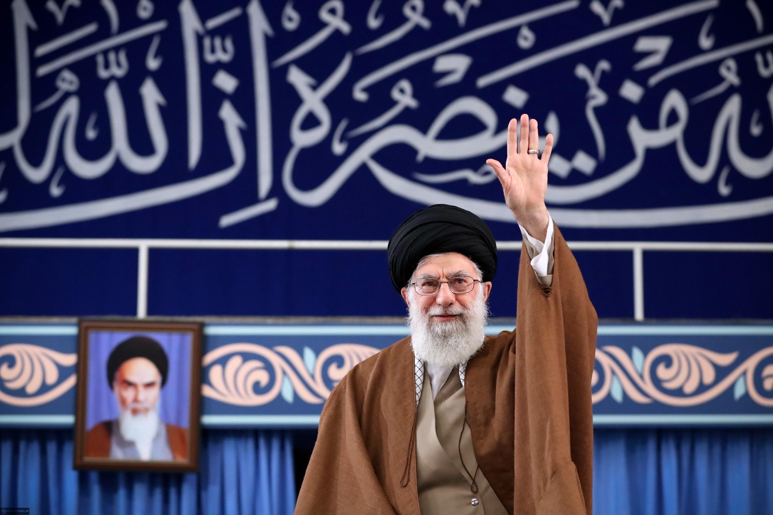 رهبر انقلاب: کسانی که به سازش گرایش دارند بدانند آمریکا رو به افول است