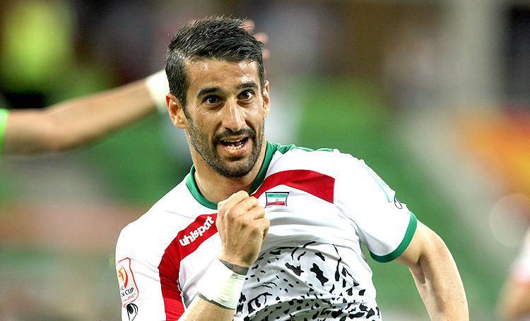 پیراهن شماره 100 تیم ملی ایران به احسان حاجصفی اهدا شد+عکس