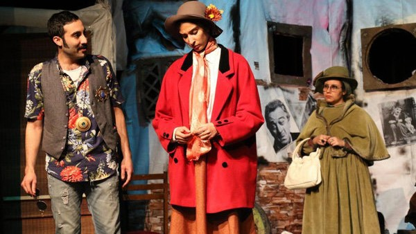 بازیگر زن در یک تئاتر همزمان دو نقش متفاوت زنانه و مردانه را بازی می کند