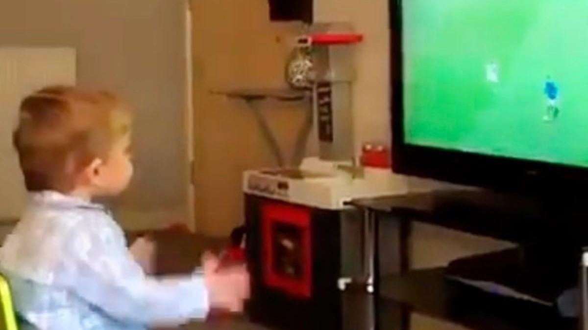 واکنش بامزه کودک دوساله از گل فوتبالی+فیلم