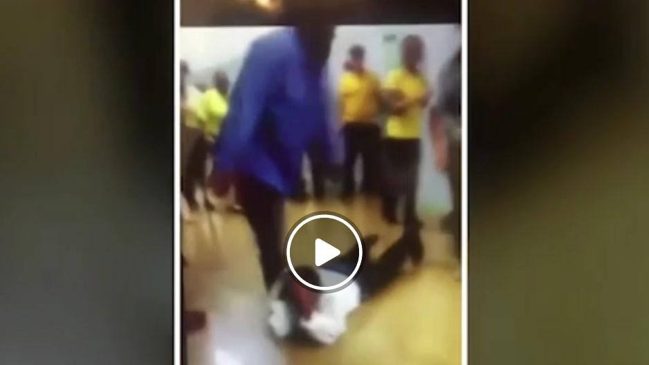 حمله غافلگیرانه دانش آموز به معلم در راهروی مدرسه!+فیلم