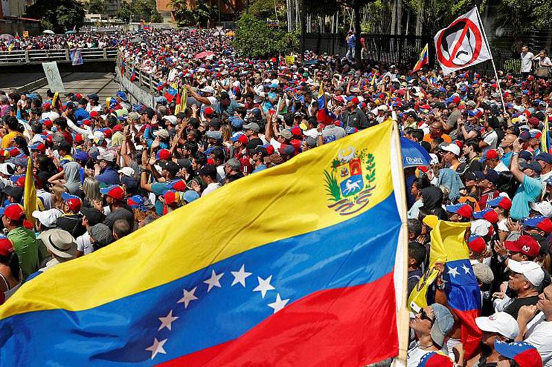 حرکت کاروان خودروهای زرهی ارتش ونزوئلا به سمت مرز کلمبیا