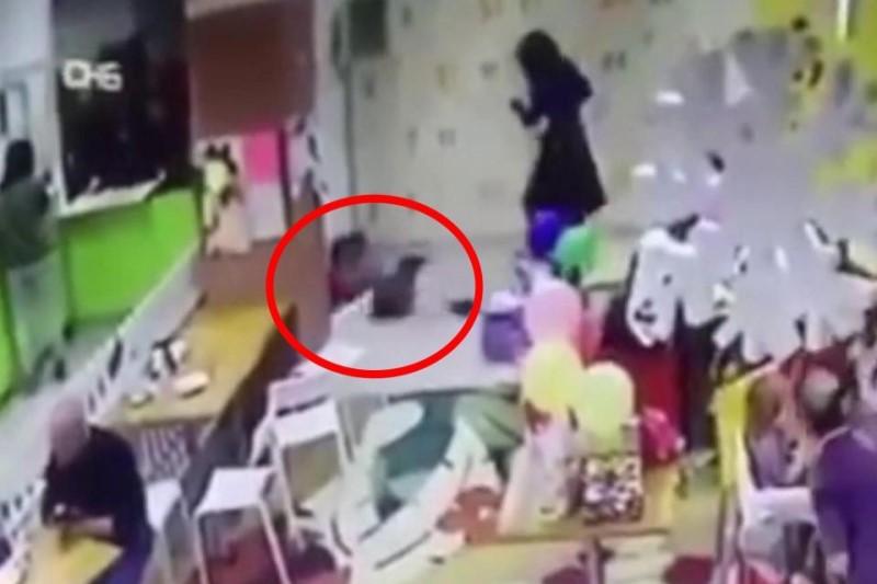 رفتار جنون آمیز زن جوان با کودکش سوژه رسانه ها شد!+فیلم