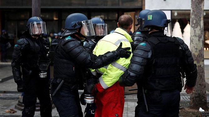 استفاده از گلولههای انفجاری در سرکوب معترضان در فرانسه