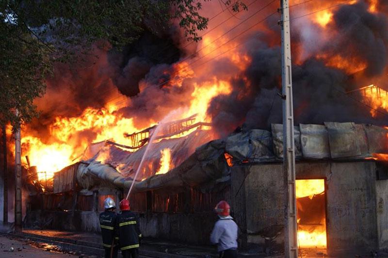 وقوع آتشسوزی گسترده یک انبار در خیابان فداییان اسلام