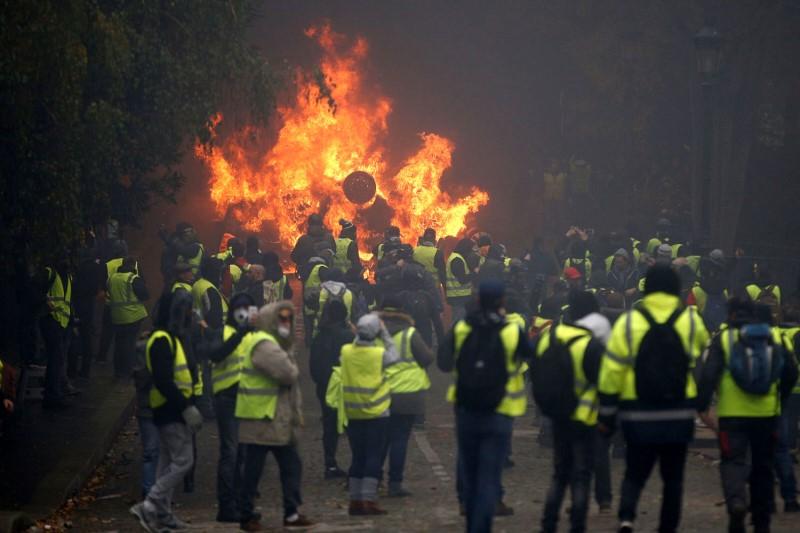 جلیقه زردهای فرانسوی از نماد جدید خود رونمایی کردند+ تصاویر
