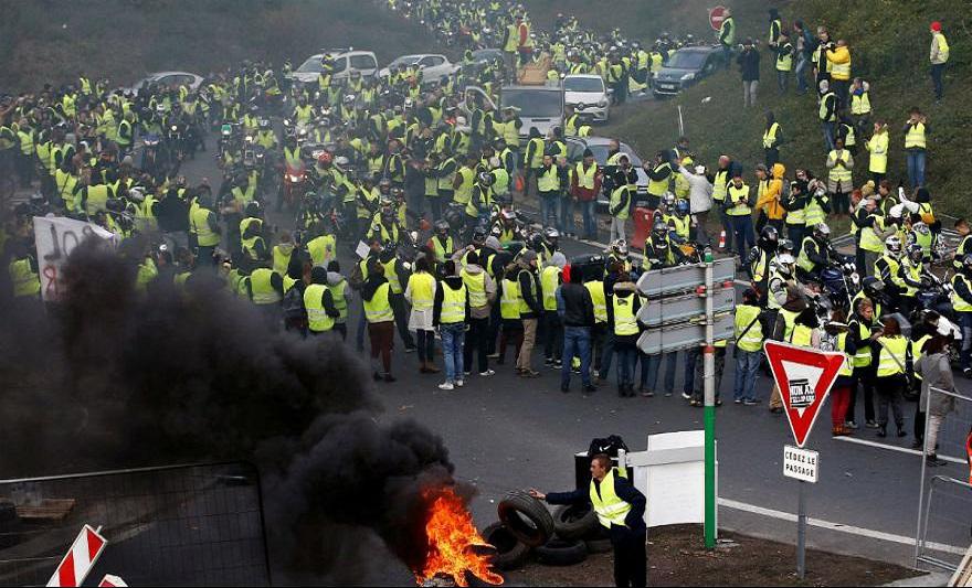 انفجار نارنجک پلیس فرانسه منجر به قطع مچ دست یکی از معترضان شد
