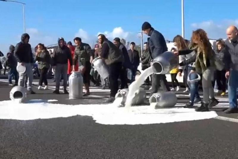 ریختن شیر در کف خیابان در اعتراض به نرخ پایین شیر + فیلم