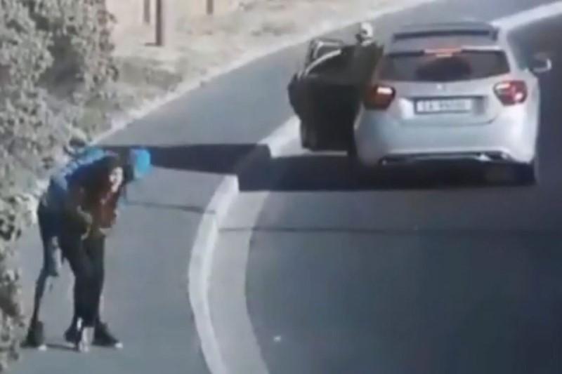 لحظه حمله سارقان به دختر جوان در خیابان خلوت!+فیلم