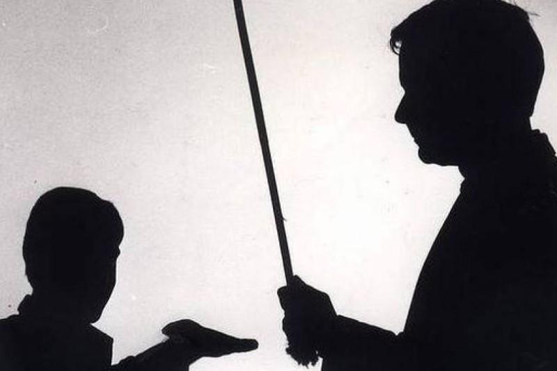 کتک خوردن یک دانش آموز به دست معلم سنگدل+فیلم