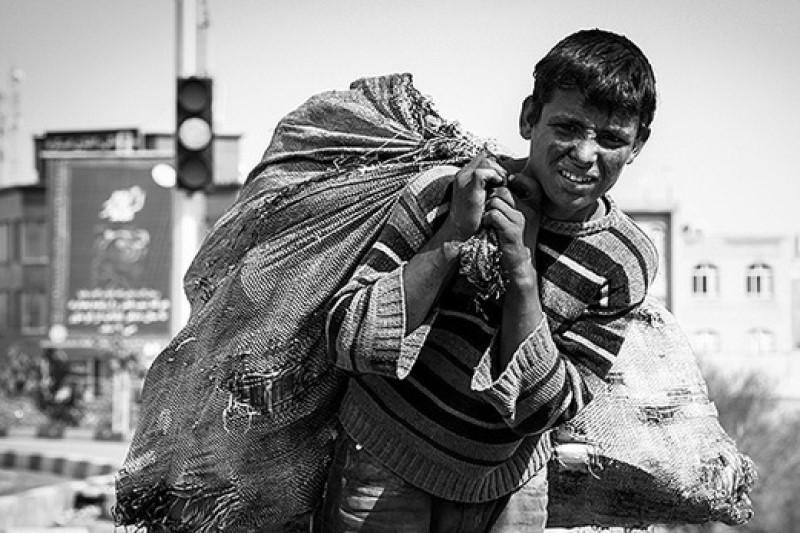 برخورد  پلیس ایرانی با کودک کار افغانستانی +فیلم