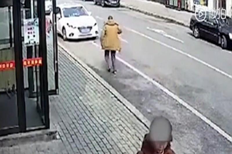 ترساندن رانندگان توسط مرد سالخورده+فیلم