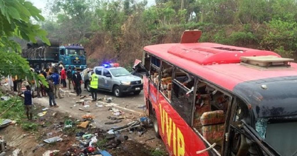 بر اثر برخورد دو اتوبوس در غنا، بیش از 70 نفر جان باختند