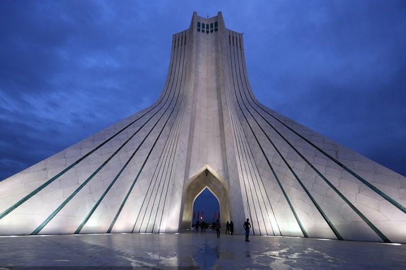 میدان آزادی تهران در محاصره سیل + عکس