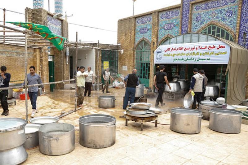 روند خدمت رسانی و طبخ غذای گرم در آشپزخانه جهادی مستقر در منطقه پلدختر+فیلم