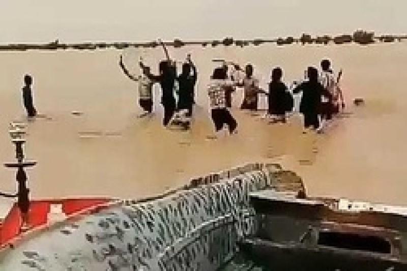 ورود سیلاب به  دشت سیستان با شادی مردم همراه شد