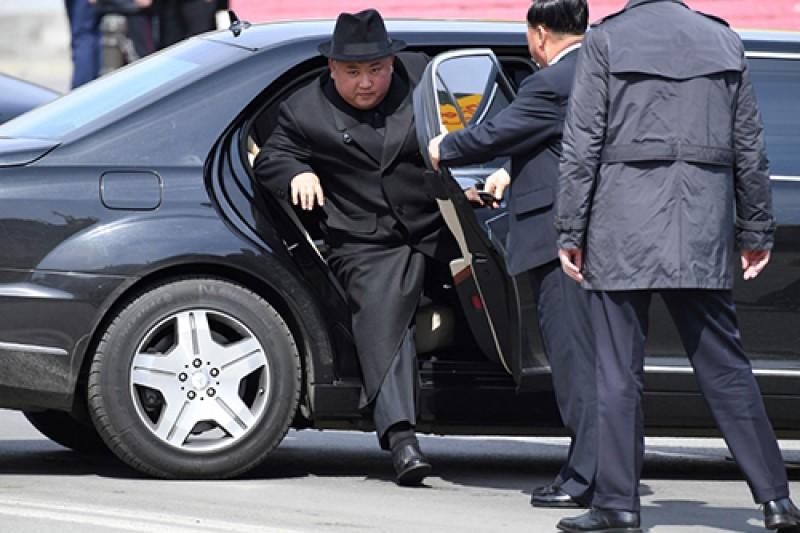 خودروی لوکس تحریمی زیر پای رئیس یک کشور تحت تحریم آمریکا+تصاویر