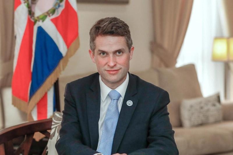 ترزا می  وزیر دفاع انگلیس را از سمتش برکنار کرد