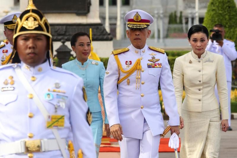 پادشاه تایلند در آستانه تاجگذاری خود با محافظ شخصیاش ازدواج کرد+فیلم  و عکس